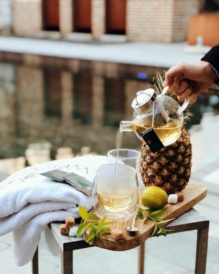 Cocktails au bord de la piscine au Ne5t à Namur