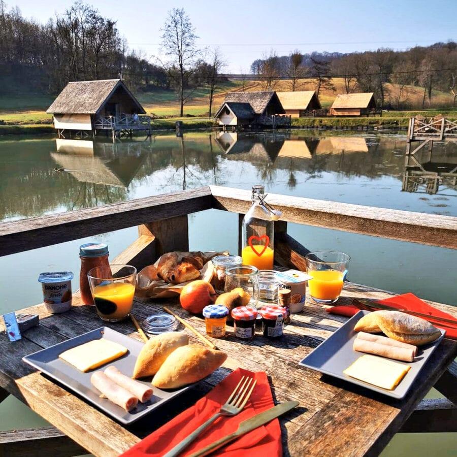 Petit déjeuner à l'Aqua Lodge près de Namur