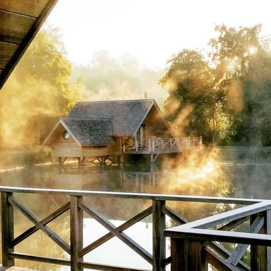 Premiers rayons du soleil à l'Aqua Lodge près de Namur