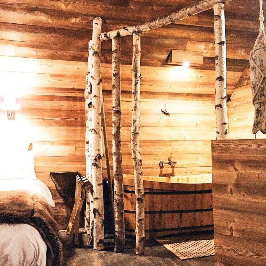 Baignoire en bois à l'Aqua Lodge près de Namur