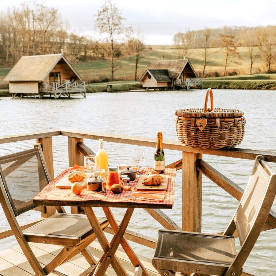 Petit déjeuner au bord de l'eau à l'Aqua Lodge près de Namur