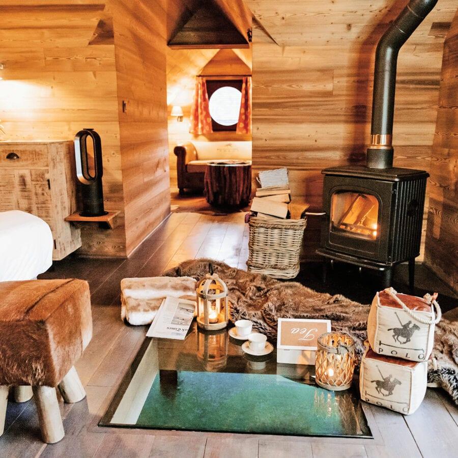 Coin du feu et côté chambre à l'Aqua Lodge près de Namur