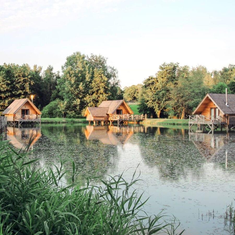 Petites maisons au bord de l'eau à l'Aqua Lodge près de Namur