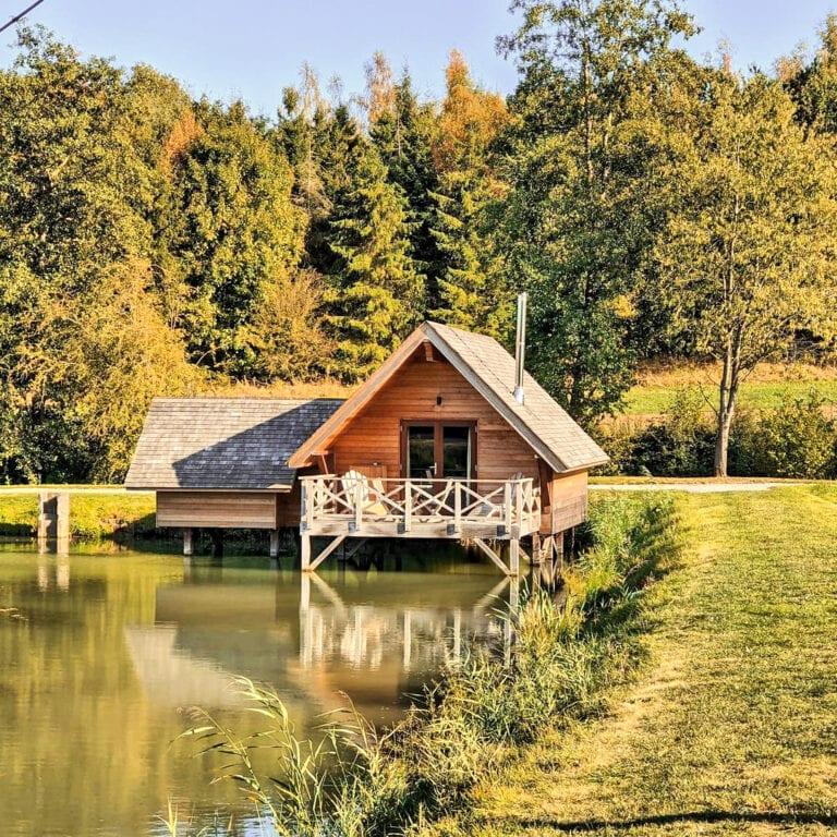 Chalet en automne à l'Aqua Lodge près de Namur