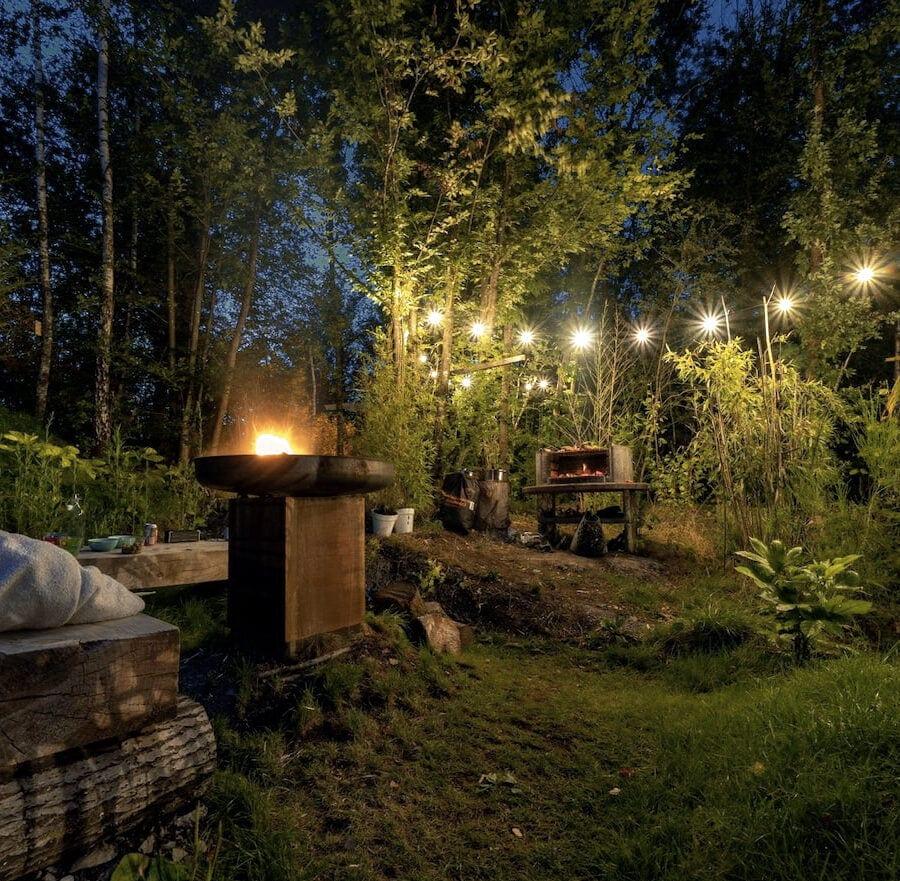 Vue de nuit du jardin de la cabane sauvage de Durbuy