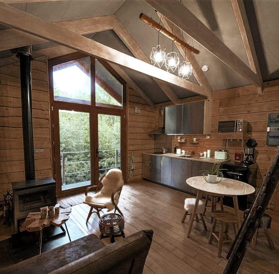 Salon et cuisine de la cabane sauvage de Durbuy