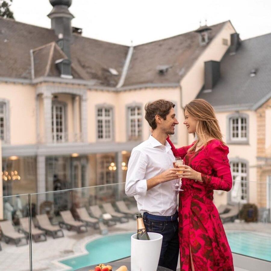 Couple devant la piscine du château des thermes à Liège
