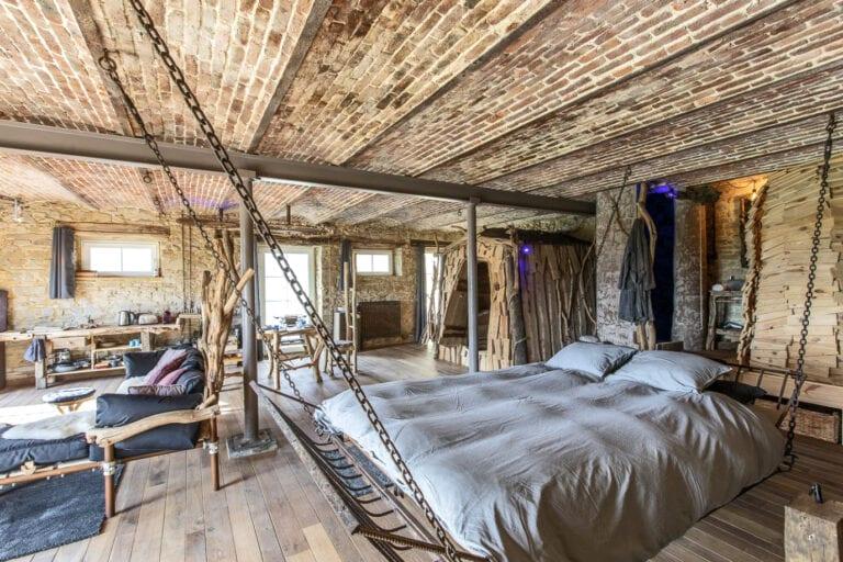 Côté chambre et lit suspendu au Gîte de Marchin à Durbuy