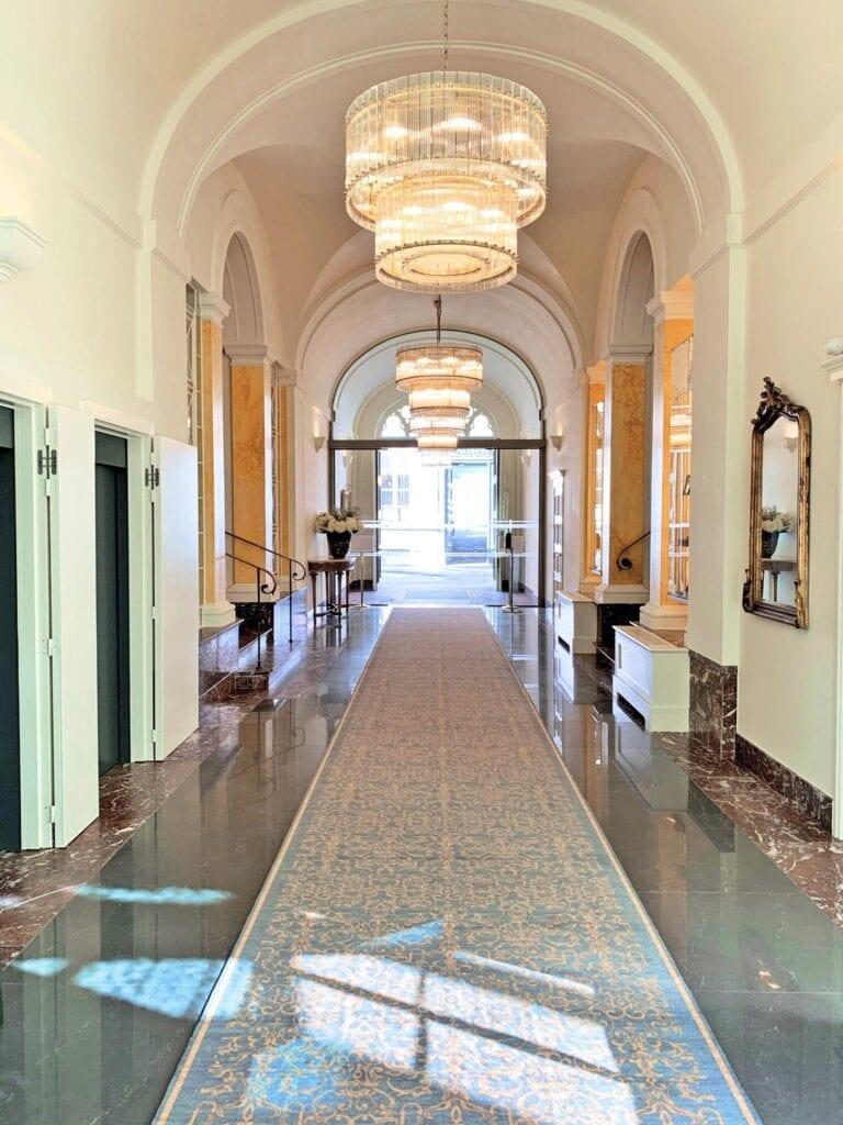 Couloir d'entrée au Grand Hôtel Casselbergh à Bruges