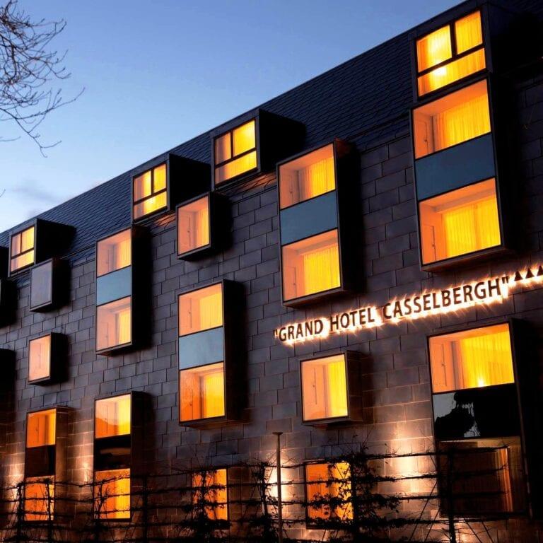 Vue de la facade moderne de nuit au Grand Hôtel Casselbergh à Bruges