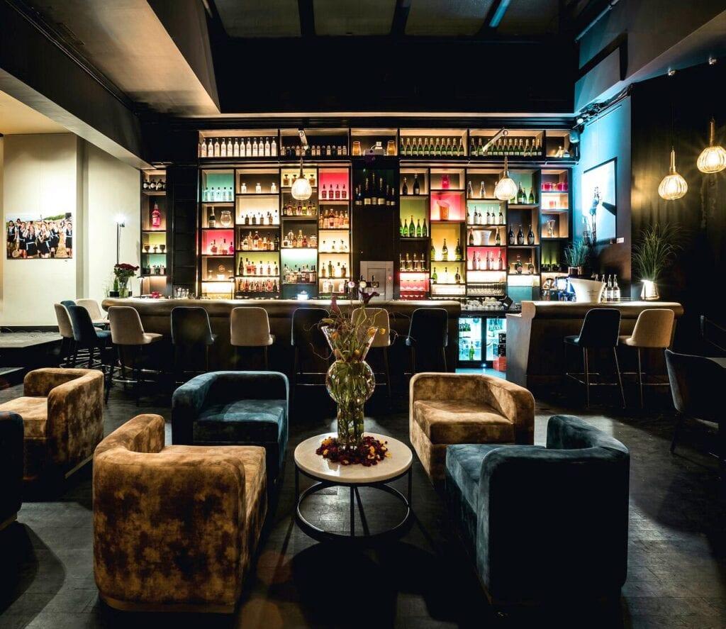 Bar et canapé de la Harmon House à Bruxelles