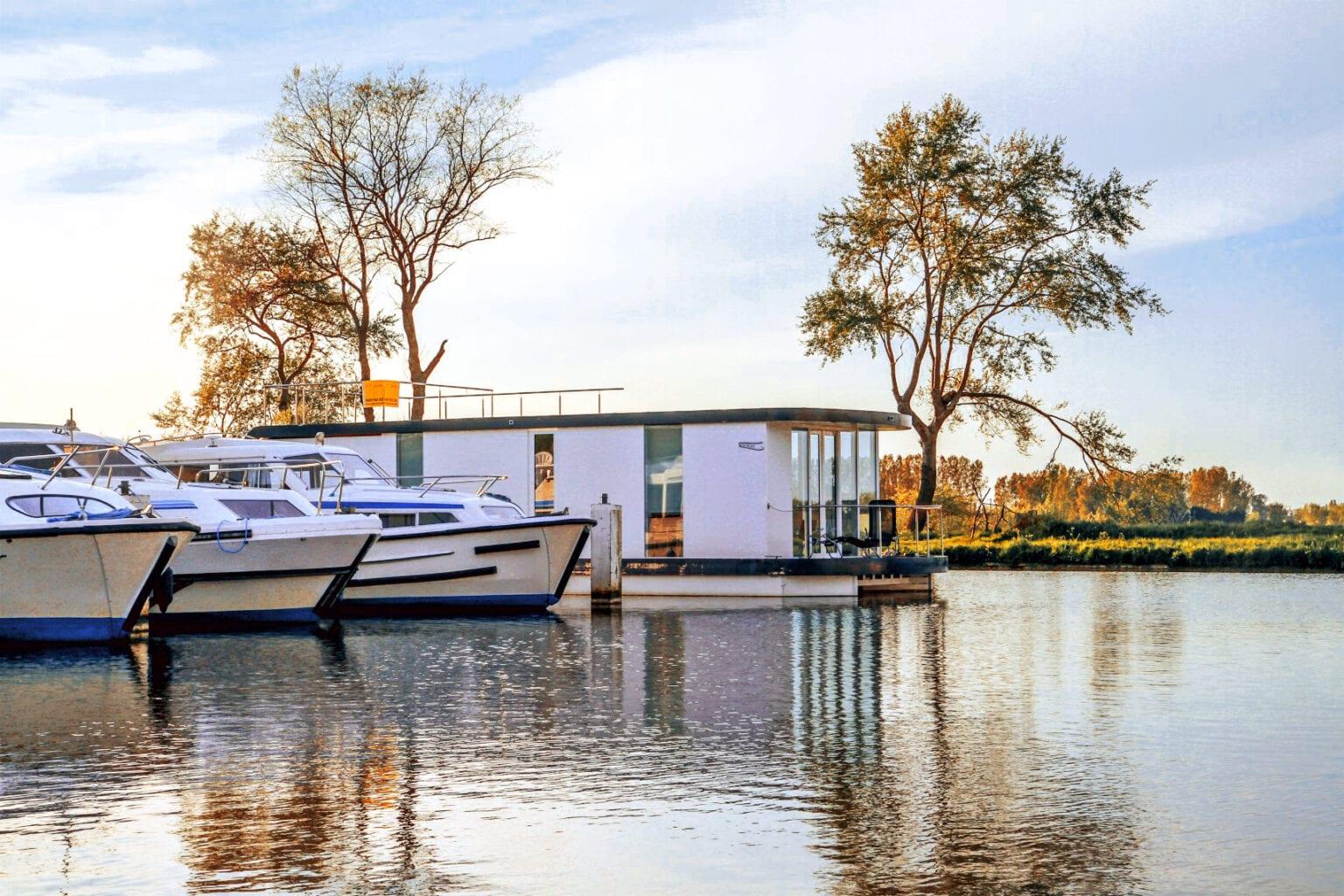 Homeboat dans la marina près de Nieuport