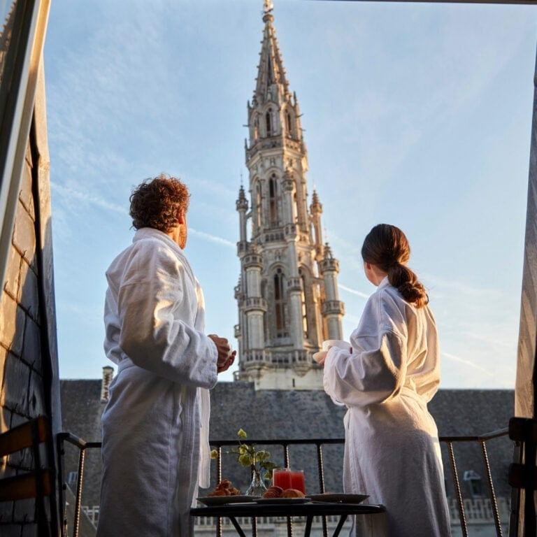 Couple avec vue sur la Grand Place à l'hôtel Amigo à Bruxelles