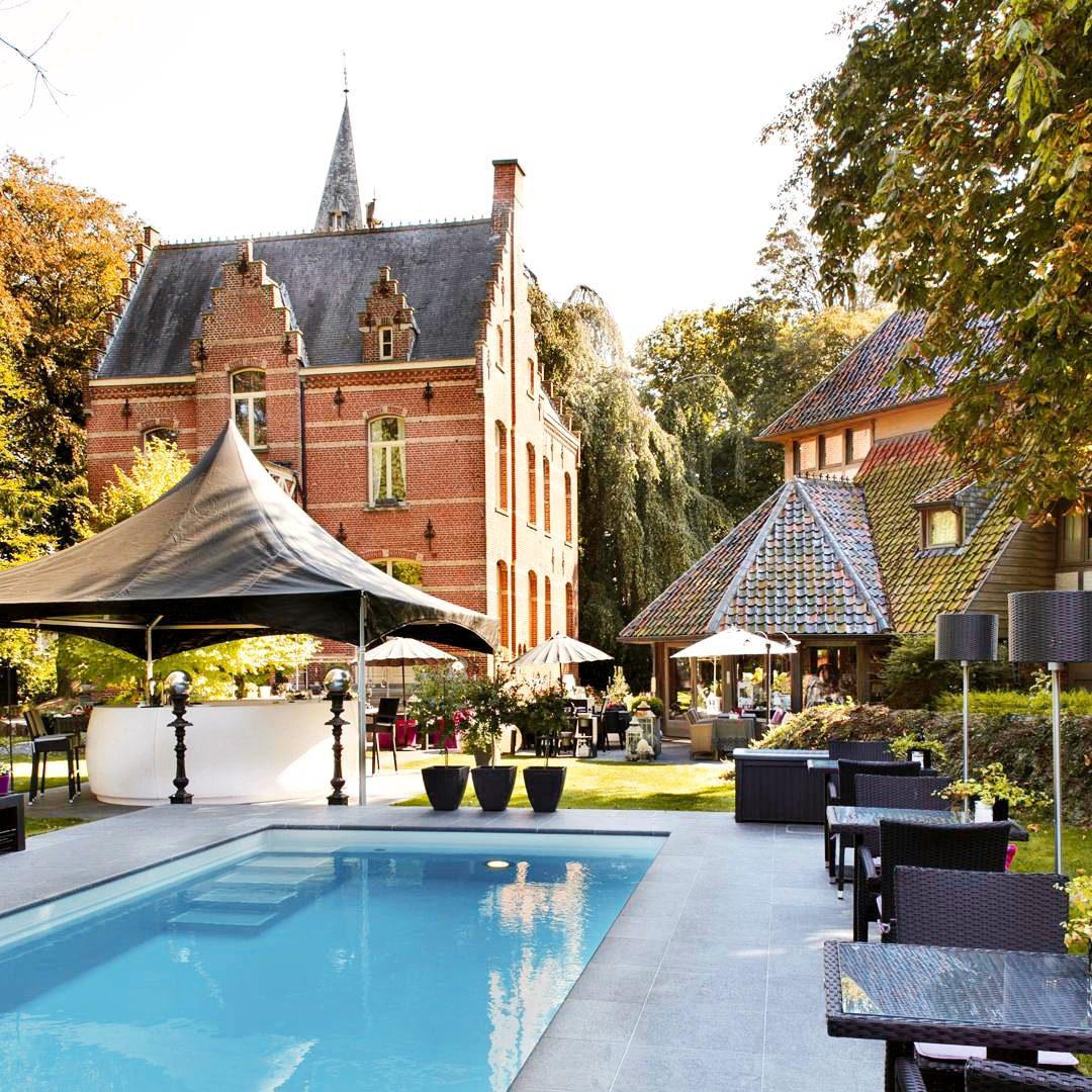 Vue sur le Manoir Ogygia et sa piscine à Ypres