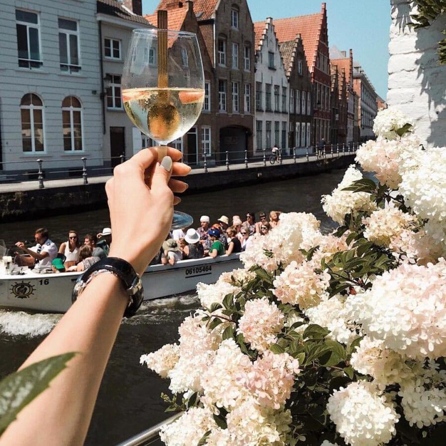Coupe de pétillant et vue sur le canal à l'hôtel Van Cleef à Bruges