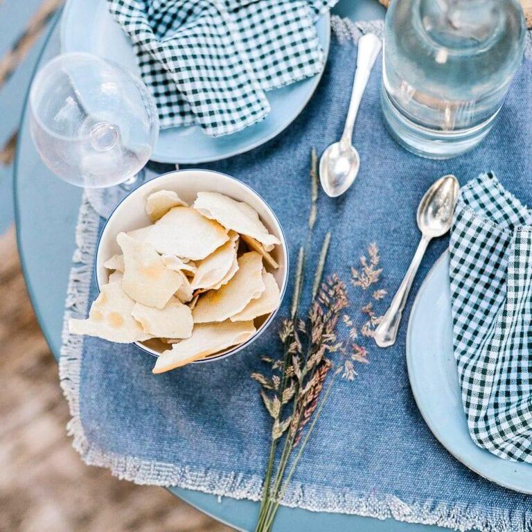 Table décoré de bleu à la bulle de la ferme du Ry près de Dinant