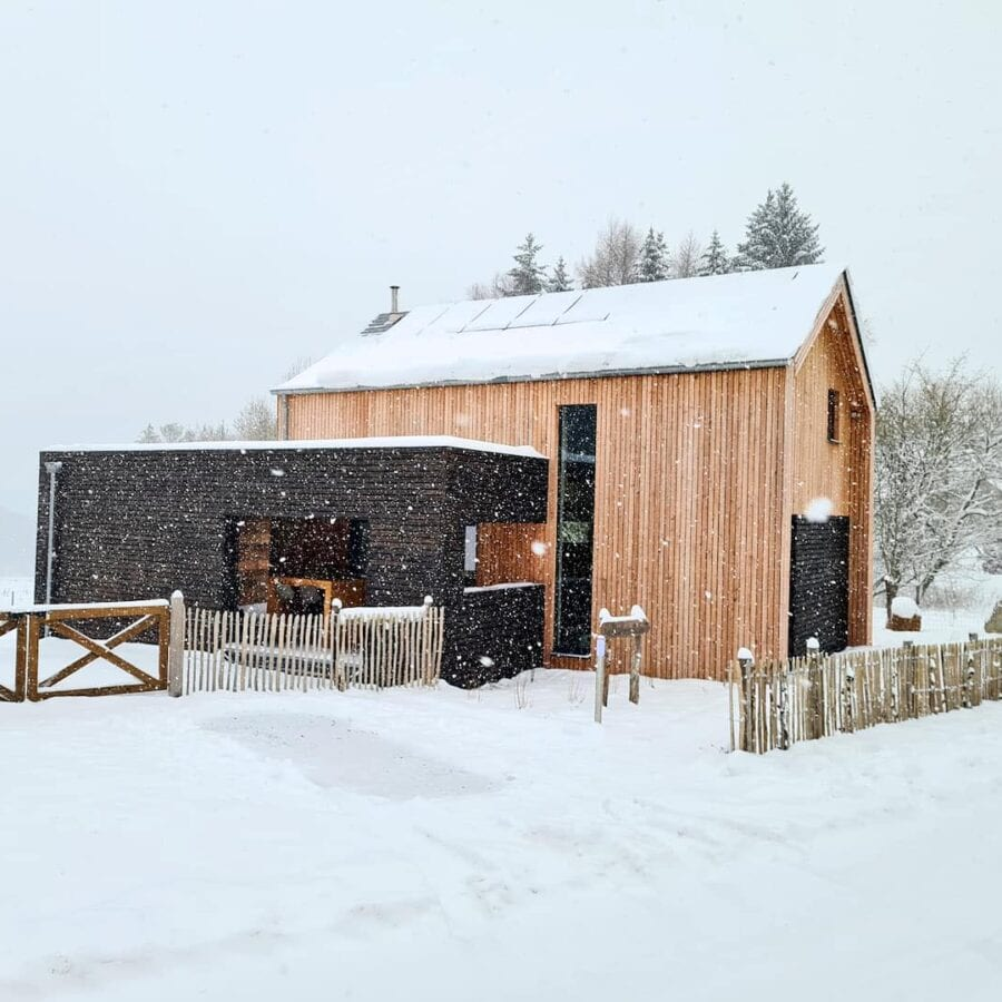 Maison sous la neige de la Source d'Odin à Manhay