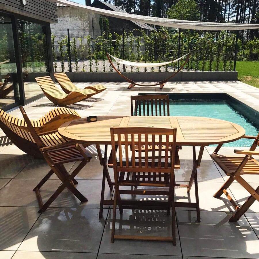 Salon de jardin et piscine extérieure du Fermage près de Namur