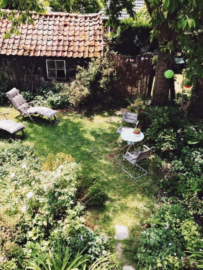 Jardin et ses transats du Leif Huisje Zeeland près de Knokke