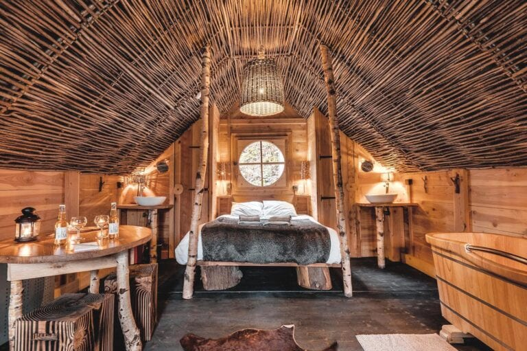 Intérieur d'une cabane aux Cabanes de Rensiwez à Houffalize