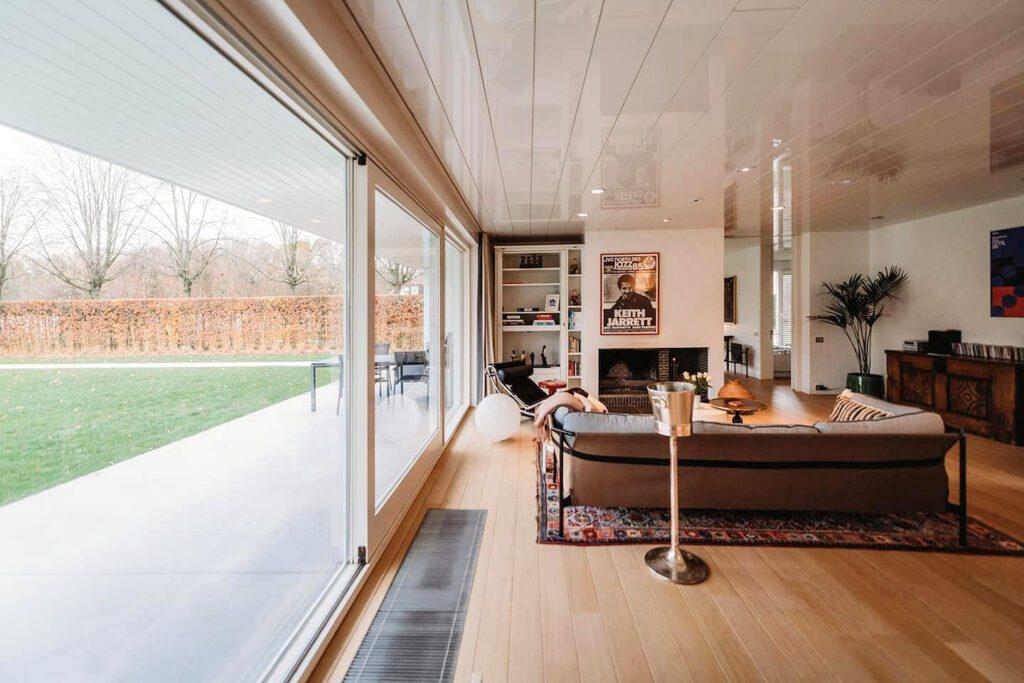 Vue sur la salon et la terrasse extérieure à la Maison Jazz à Bruges