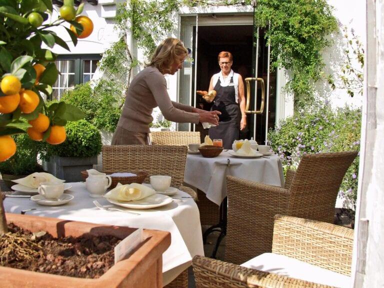 Service sur la terrasse au Manoir Carpe Diem à de Haan