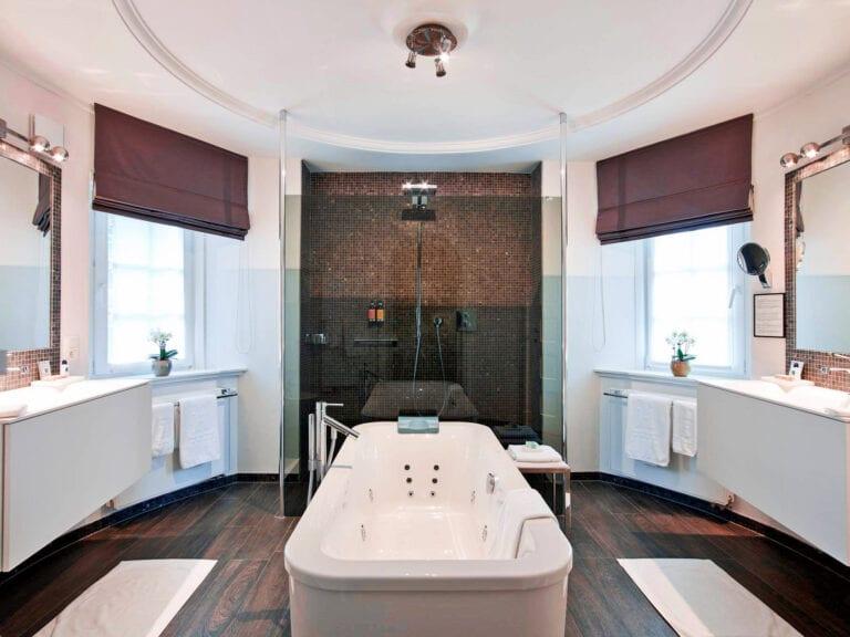 Salle de bain avec baignoire au Manoir du Dragon à Knokke