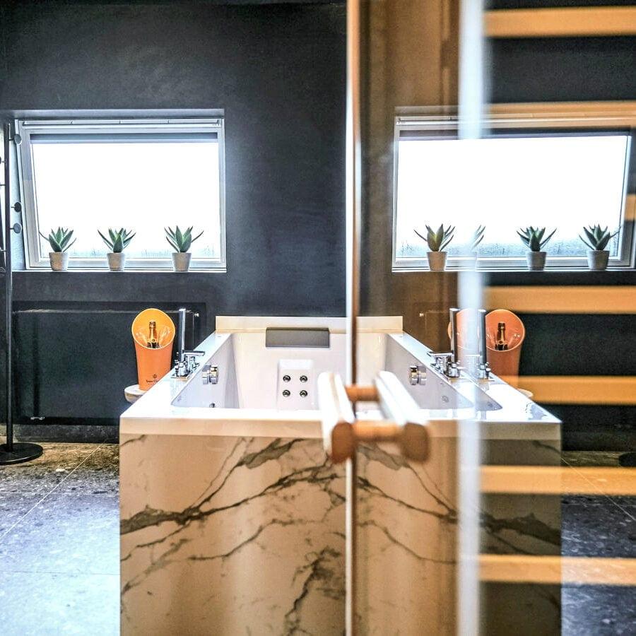 Salle de bain de la Suite Utopia de l'hôtel Oniro à Tournai