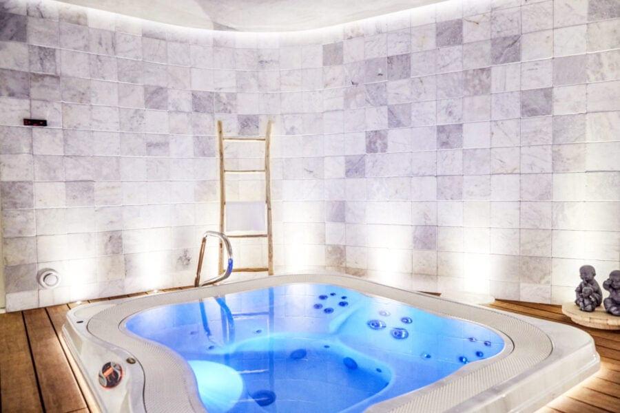 <p>Un guide des meilleures suites avec jacuzzi privatif en Belgique, détente et relaxation garantie !</p>