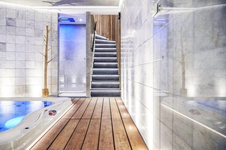 Escaliers menant au jacuzzi de la Suite Wellness de l'hôtel Oniro à Tournai