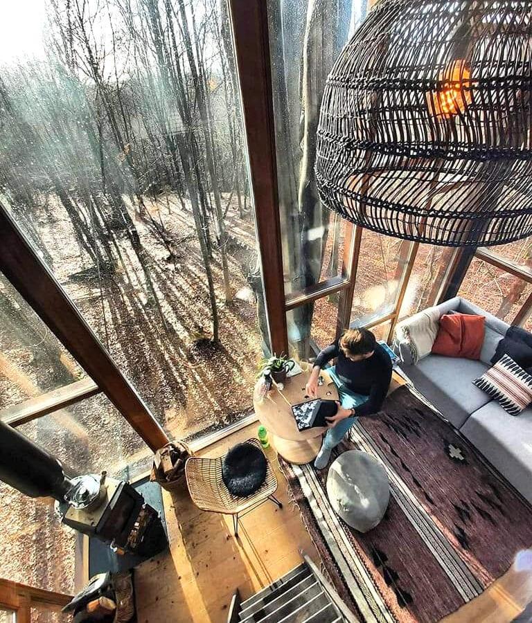 Salon vue du haut de The Glass Cube à Stay Ici dans les Ardennes