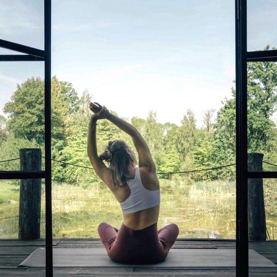 Séance de yoga dans la nature à The Forest près de Bruxelles