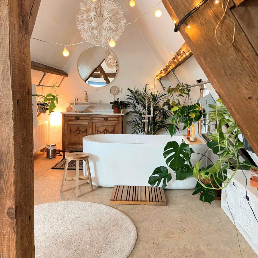 Vue sur la baignoire et la côté salle de bain à The Green Attic à Gand