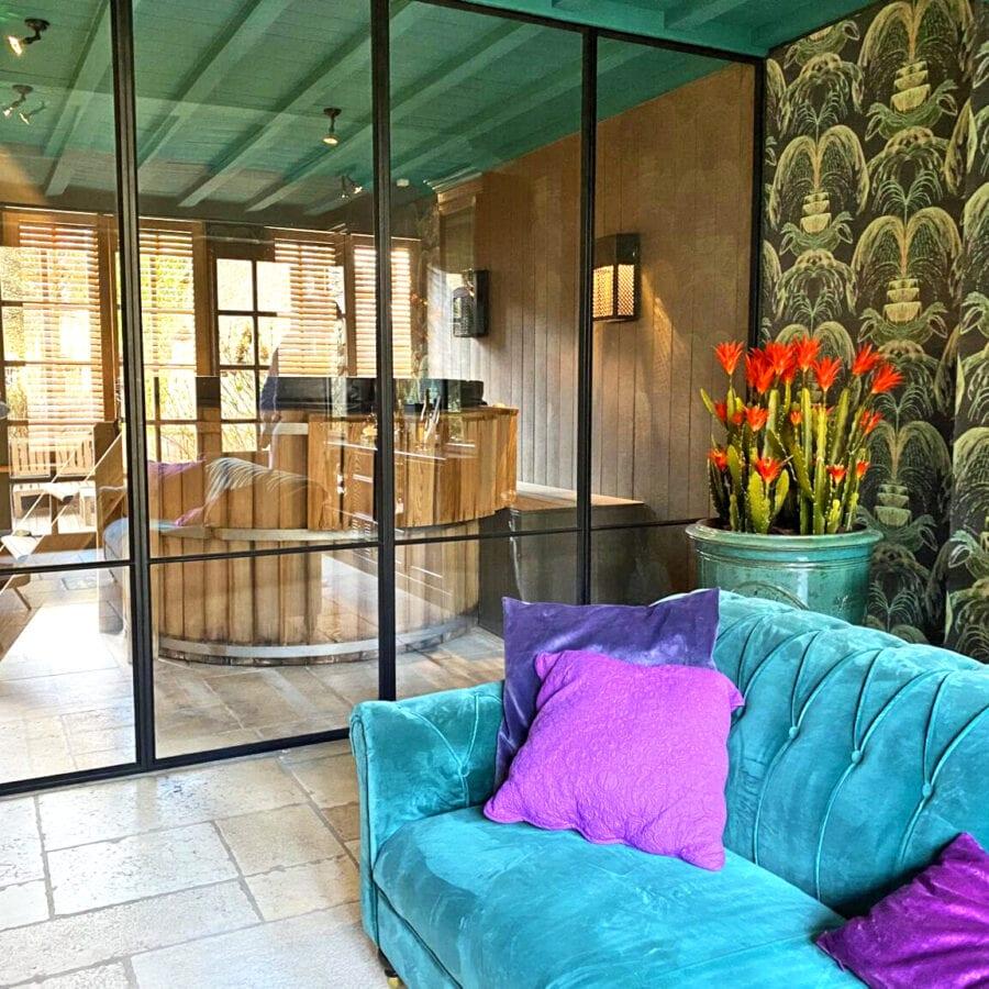 Salon et jacuzzi à The Secret Garden à Bruges