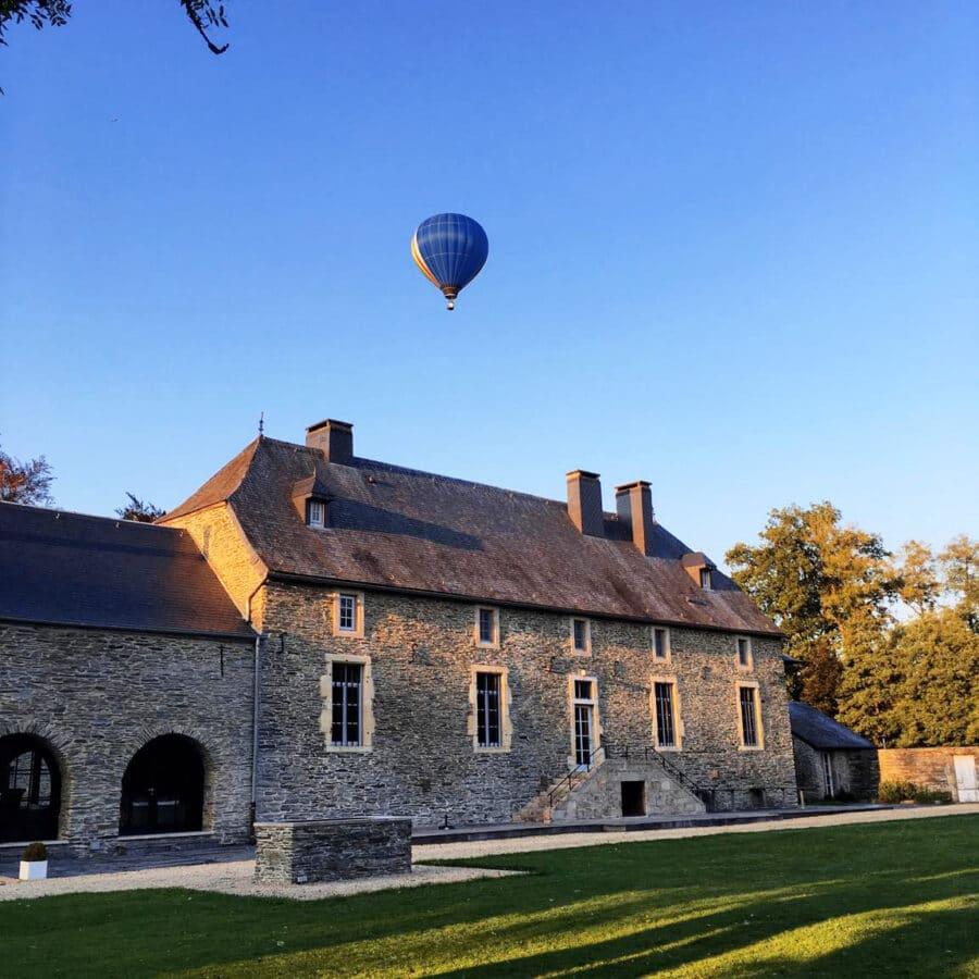 Montgolfière au dessus du Château de Grandvoir près d'Arlon