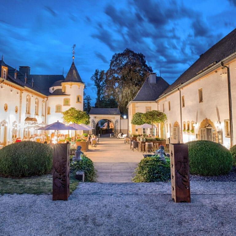 Vue de nuit du Château d'Urspelt à Luxembourg