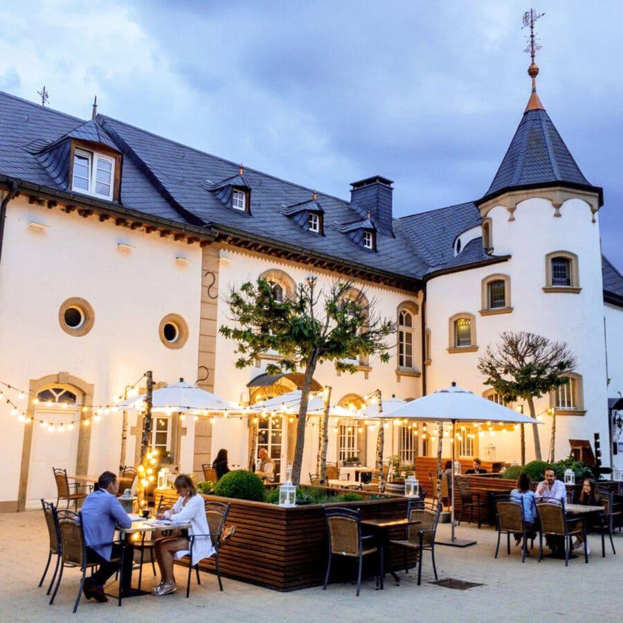 Terrasses illuminées du Château d'Urspelt à Luxembourg