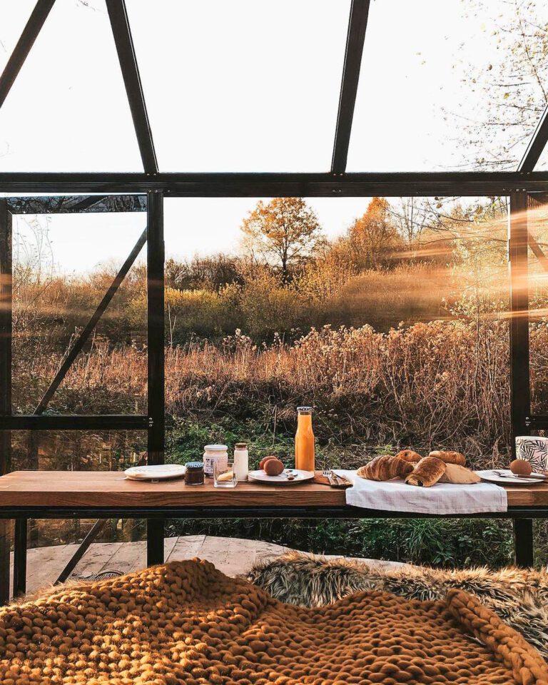 Vue sur le petit déjeuner au Kiosque des Marais à Dinant