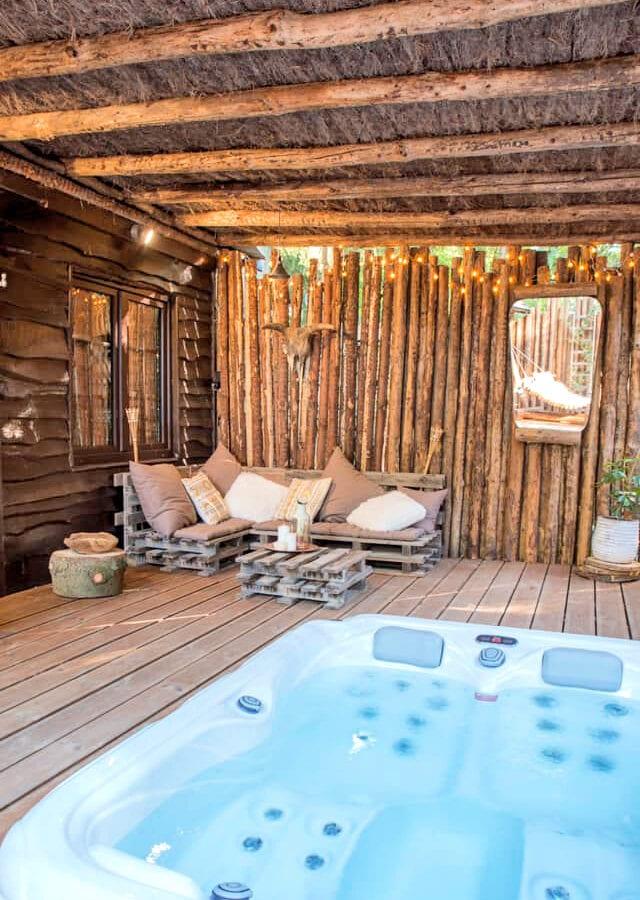 Côté salon et jacuzzi sur la terrasse au Wooden Nest à Durbuy