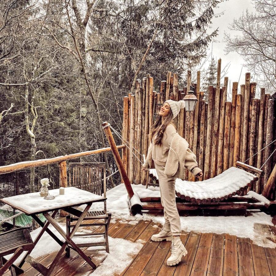 Terrasse sous la neige au Wooden Nest à Durbuy