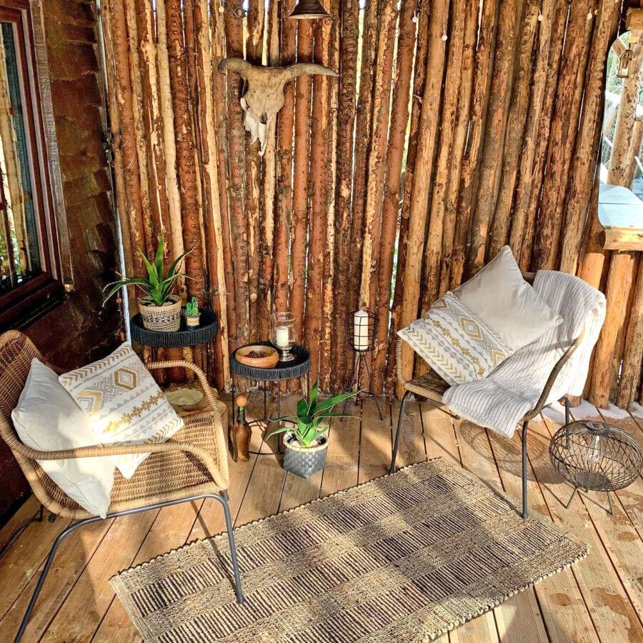 Côté salon sur la terrasse au Wooden Nest à Durbuy