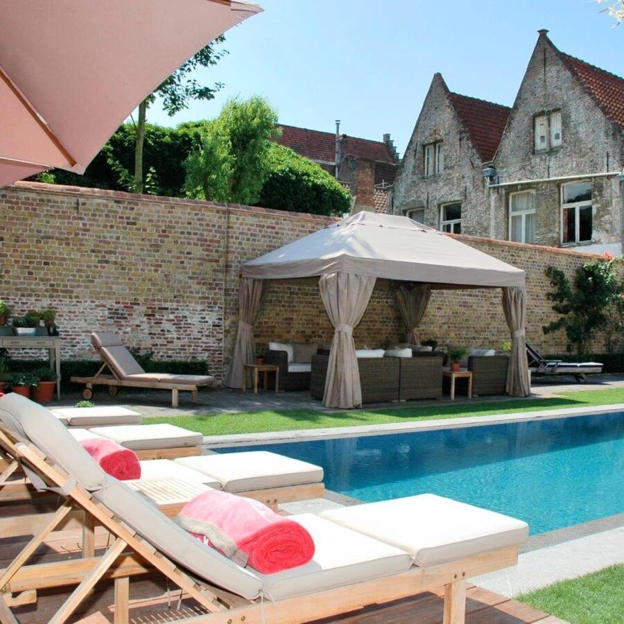 Transats face à la piscine à la B&B Casa Romantico à Bruges