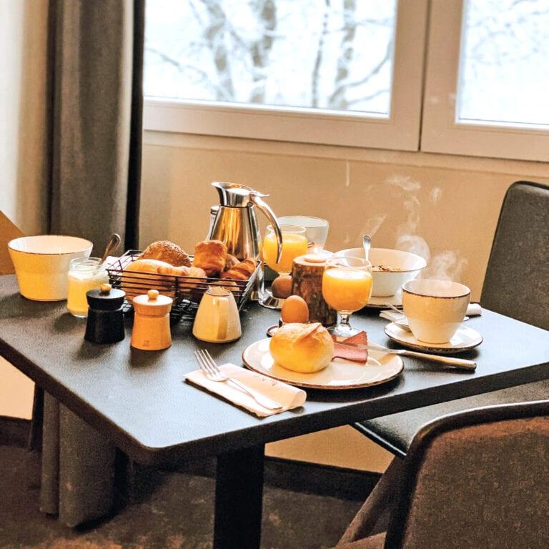 Petit déjeuner en hiver au Bütgenbacher-Hof près de Malmedy