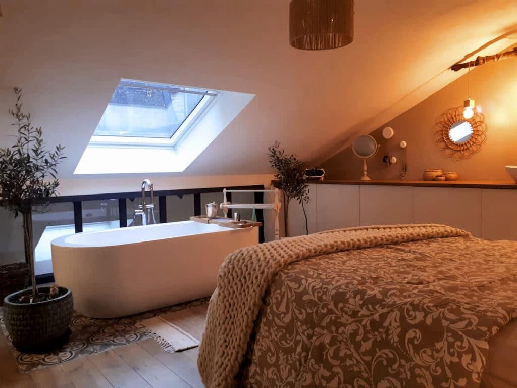 Chambre et baignoire au Cocon de Sophia à Liège