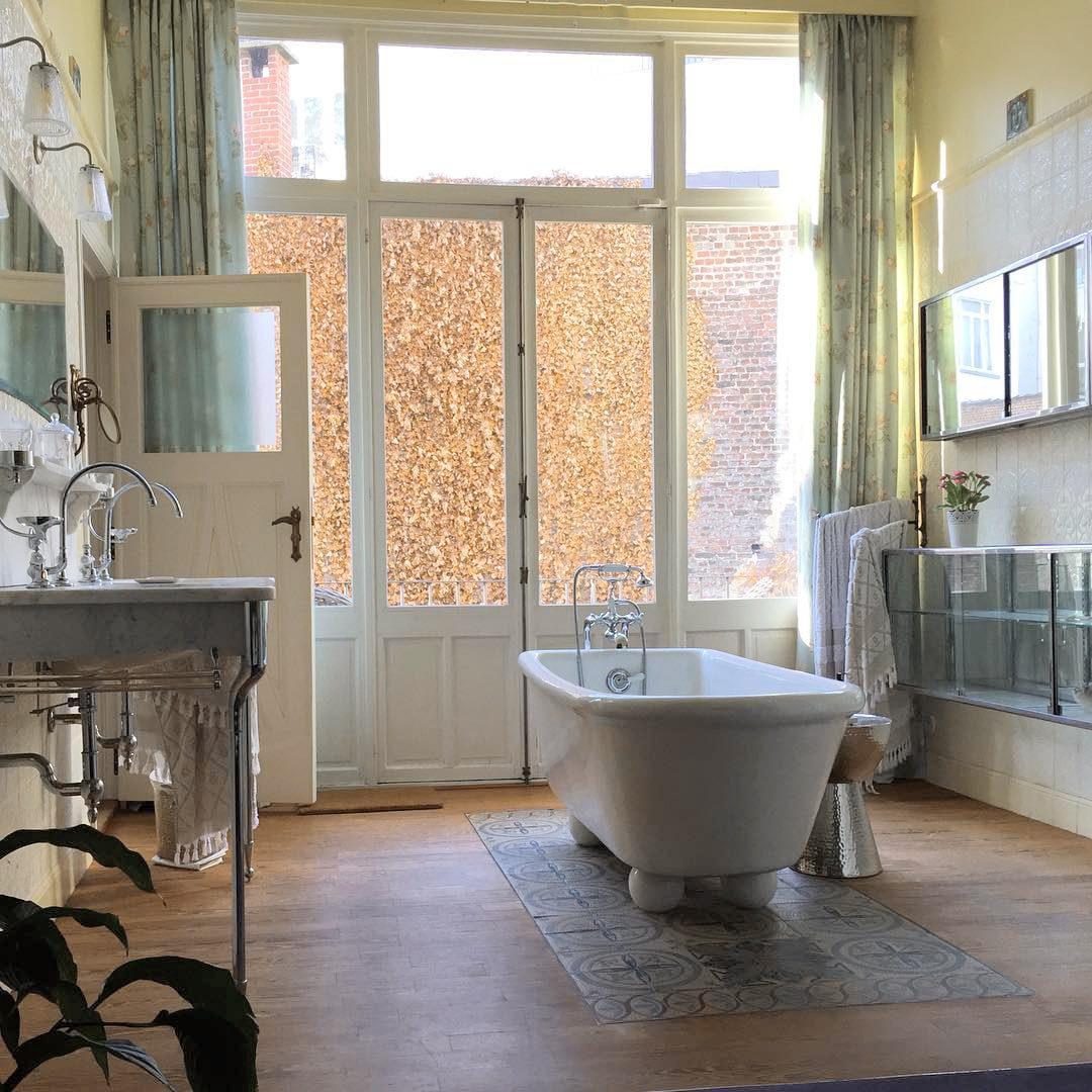 Baignoire de la salle de bain pastel à la Maison Flagey à Bruxelles