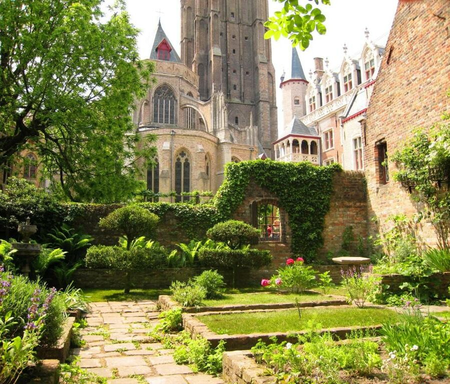 Jardin de de Nuit Blanche et la cathédrale à Bruges