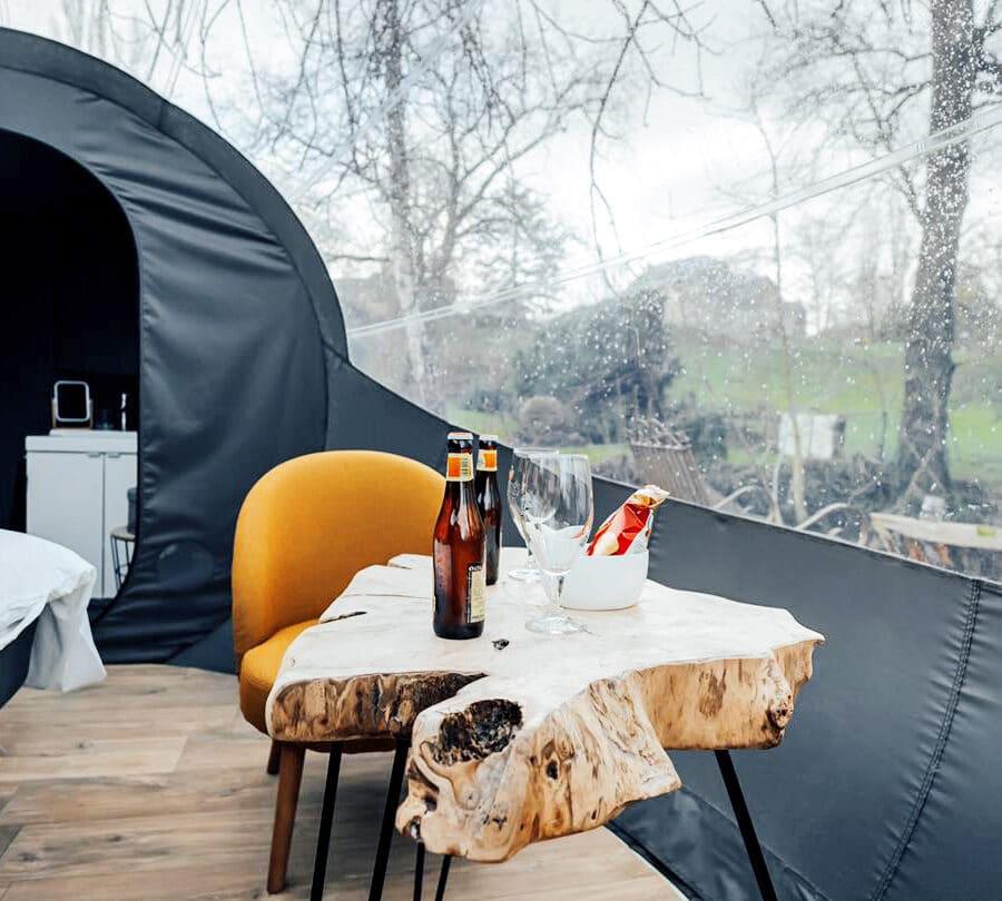 Table dans la bulle au moulin des saules à Namur