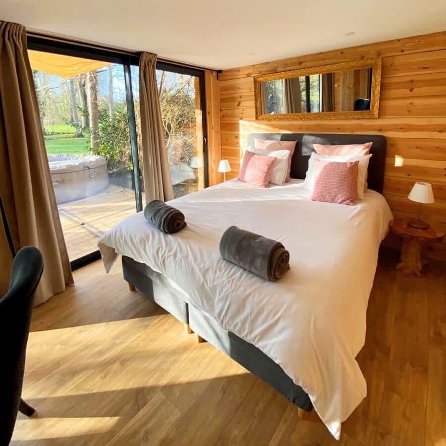 Chambre avec baie vitrée au moulin des saules à Namur