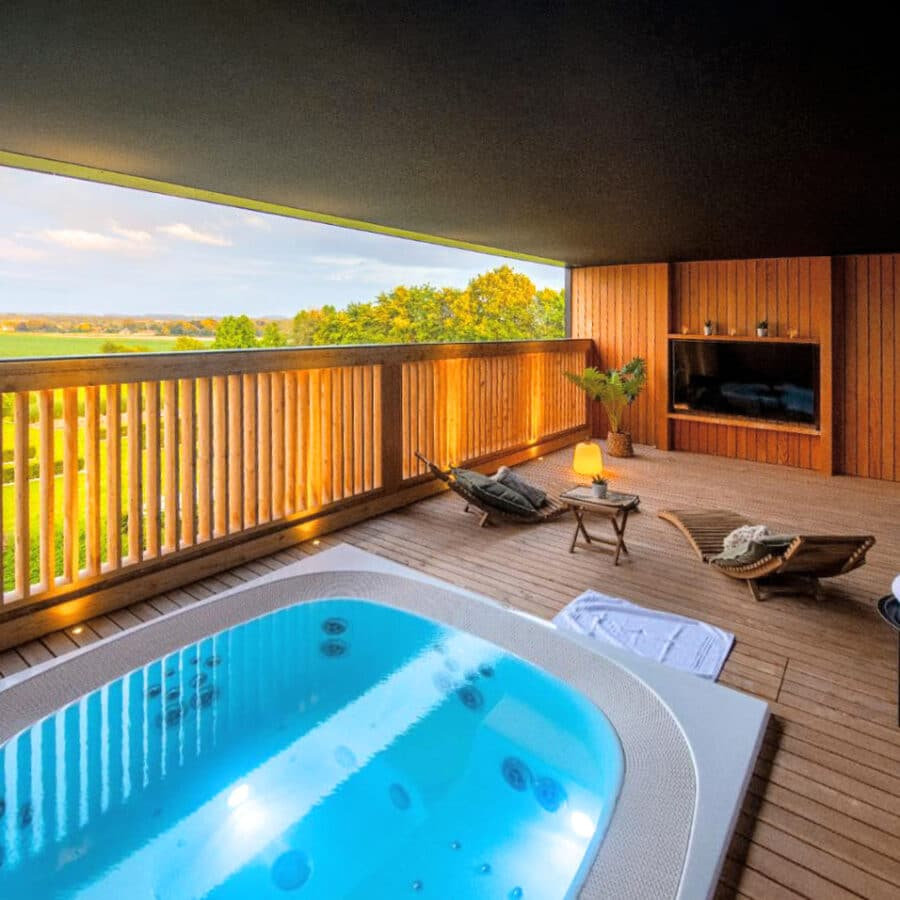 Jacuzzi avec vue sur la nature à Octavie Aquasport Wellness Resort à Tournai