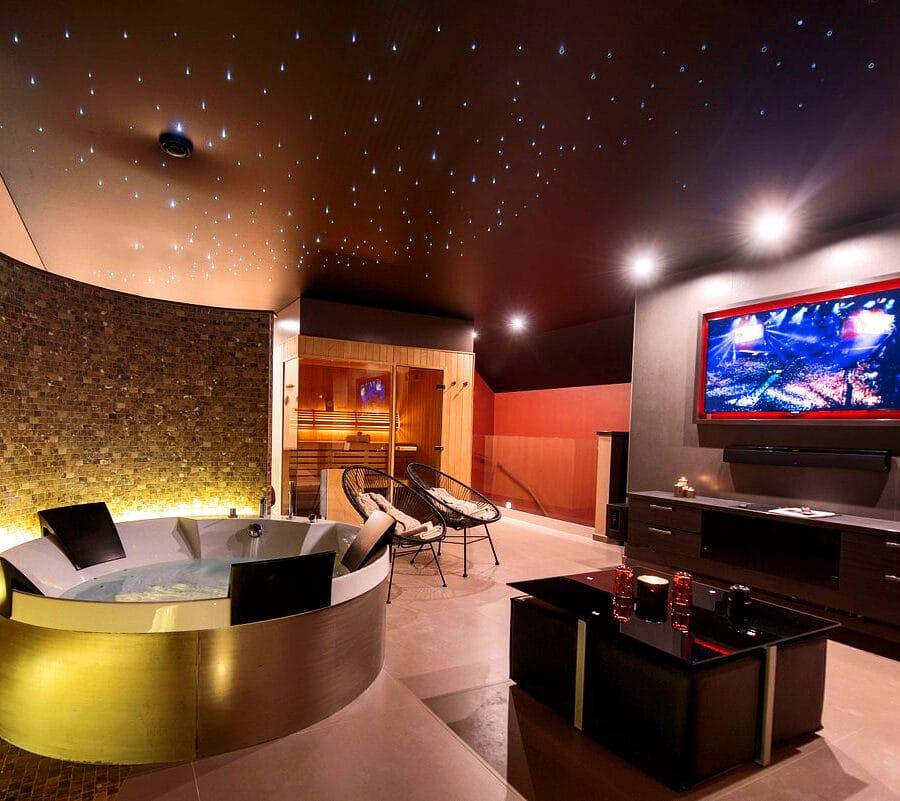Télévision face au jacuzzi à Octavie Aquasport Wellness Resort à Tournai